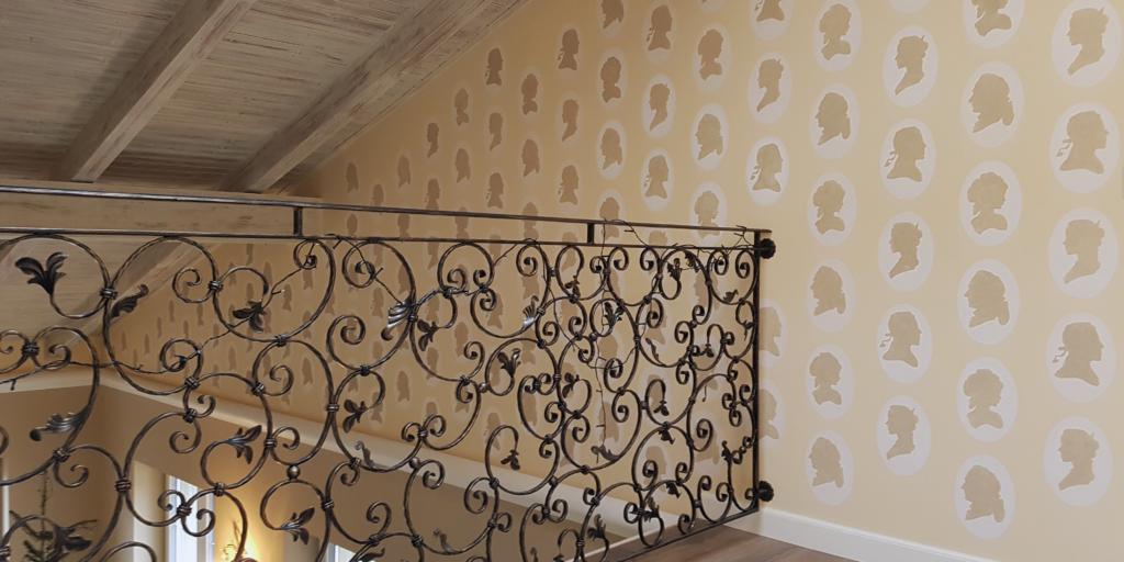 Drevený strop s vintage efektom, a chodba zdobená so šablónovymi vzormi